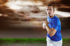 Imagem composta do jogador do rugby que corre com bola Imagem de Stock Royalty Free