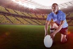 Imagem composta do jogador do rugby que guarda a bola ao ajoelhar-se com 3d Imagem de Stock