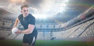 Imagem composta do jogador do rugby que joga a bola 3D Imagens de Stock Royalty Free