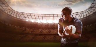 Imagem composta do jogador do rugby que olha ausente ao travar a bola 3D Imagem de Stock
