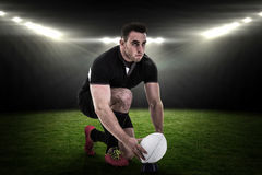 Imagem composta do jogador do rugby que prepara-se para retroceder a bola Fotos de Stock Royalty Free