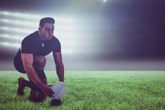 Imagem composta do jogador do rugby que prepara-se para retroceder a bola e o 3d imagem de stock