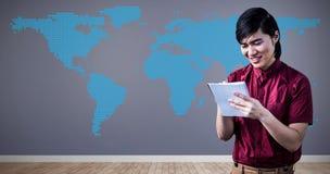 A imagem composta do moderno de sorriso toma notas com seu smartphone Foto de Stock