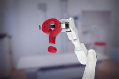 Imagem composta do ponto de interrogação vermelho robótico branco 3d da terra arrendada de braço Fotos de Stock