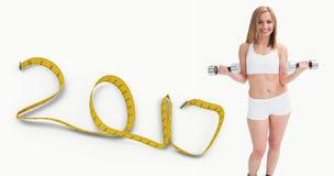 Imagem composta do retrato da jovem mulher que exercita com pesos Imagem de Stock