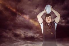Imagem composta do retrato de um jogador do rugby que joga uma bola Fotos de Stock