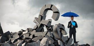 Imagem composta do retrato do homem de negócios sério que guarda o guarda-chuva e o arquivo azuis Imagens de Stock