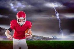 Imagem composta do retrato do jogador de futebol americano focalizado que está pronto para atacar imagem de stock royalty free