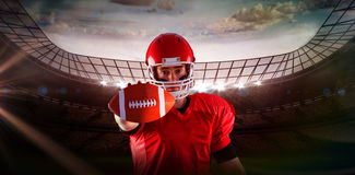 Imagem composta do retrato do jogador de futebol americano que mostra o futebol à câmera Imagens de Stock Royalty Free