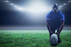 Imagem composta do retrato do jogador do rugby que guarda a bola ao ajoelhar-se e ao 3d Imagem de Stock Royalty Free