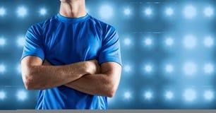 A imagem composta do torso da aptidão do homem contra o azul iluminou o fundo ilustração do vetor