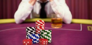 Imagem composta dos dados com a pilha de símbolos coloridos do casino imagem de stock