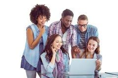 Imagem composta dos estudantes da forma que trabalham em equipe Fotografia de Stock