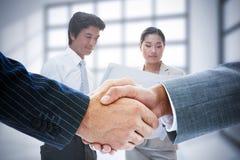 Imagem composta dos executivos que agitam as mãos Imagem de Stock