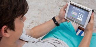 A imagem composta dos Internet banking text com a página do início de uma sessão no telefone fotografia de stock royalty free
