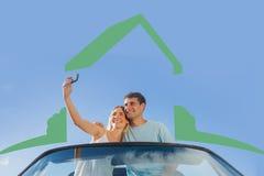 Imagem composta dos pares alegres que estão no cabriolet vermelho que toma a imagem Imagens de Stock