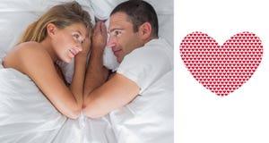 Imagem composta dos pares bonitos que encontram-se e que olham se na cama ilustração royalty free
