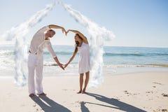 A imagem composta dos pares bonitos que formam o coração dá forma com braços Fotos de Stock Royalty Free