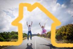 Imagem composta dos pares entusiasmado que saltam na estrada Imagem de Stock