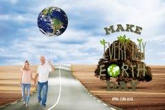 Imagem composta dos pares felizes que andam guardando as mãos Imagens de Stock Royalty Free