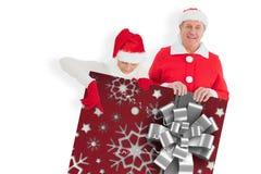 Imagem composta dos pares festivos que mostram o cartaz Foto de Stock
