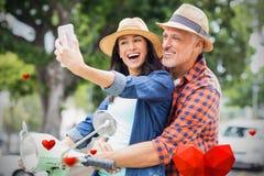 Imagem composta dos pares nos corações 3d do 'trotinette' e dos Valentim Imagens de Stock