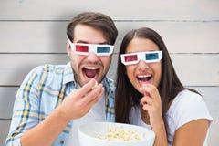 Imagem composta dos pares novos atrativos que olham um filme 3d Fotografia de Stock Royalty Free
