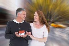 Imagem composta dos pares ocasionais que guardam a casa pequena fotos de stock royalty free