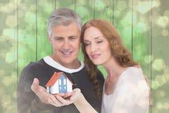 Imagem composta dos pares ocasionais que guardam a casa pequena foto de stock royalty free