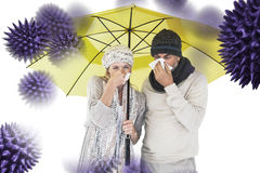 Imagem composta dos pares que espirram no tecido ao estar sob o guarda-chuva imagens de stock royalty free