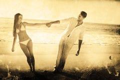 Imagem composta dos pares que guardam as mãos e que inclinam-se a um ou outro lado Imagem de Stock Royalty Free