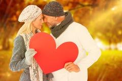 Imagem composta dos pares que guardam o coração ao olhar se foto de stock