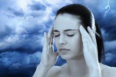 Imagem conceptual da mulher que medita contra o fundo tormentoso fotografia de stock royalty free