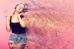Imagem conceptual da mulher 'sexy' que escuta a música e que guarda a imagem de stock royalty free