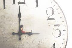 Imagem conceptual de uma mulher de negócio que descansa durante a ruptura fotografia de stock royalty free