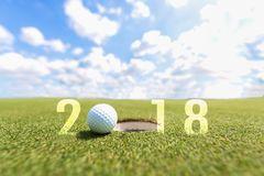 Imagem conceptual do esporte do golfe Ano novo feliz 2018 Bola de golfe no fairway verde Foto de Stock Royalty Free
