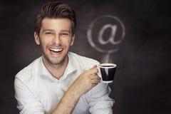 Imagem conceptual do homem com café e @ o sinal Fotos de Stock