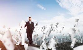 Imagem conceptual do homem de negócios nas ruínas foto de stock royalty free