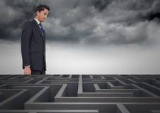 Imagem conceptual do homem de negócios que olha sobre o labirinto Foto de Stock