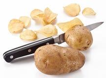 Imagem conceptual - a faca corta batatas frescas Fotos de Stock Royalty Free
