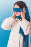Imagem conceptual. Uma menina tenta esconder do mundo exterior, Imagens de Stock