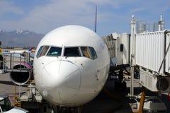 Imagem conservada em estoque de um airoplane no aeroporto Imagem de Stock Royalty Free