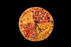 Imagem criativa da pizza sob a forma de um pulso de disparo com setas em um fundo brilhante bonito entrega 24 horas de inscrição Imagem de Stock