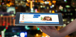 Imagem 3d composta da mão humana que mantém a tabuleta digital contra o fundo branco Imagem de Stock Royalty Free