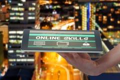 Imagem 3d composta da mão humana que mantém a tabuleta digital contra o fundo branco Foto de Stock