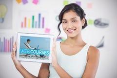 Imagem 3d composta da mulher de negócios feliz que mostra a tabuleta digital no escritório criativo Imagens de Stock Royalty Free