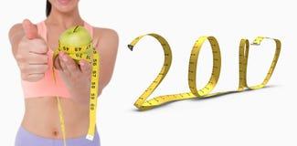 imagem 3D composta da mulher magro que guarda a maçã com fita de medição Fotografia de Stock