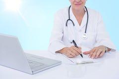 Imagem 3d composta da seção mestra da prescrição fêmea da escrita do docotor na mesa Foto de Stock