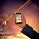 Imagem 3d composta das mãos do homem e da mulher que guardam telefones celulares Imagem de Stock