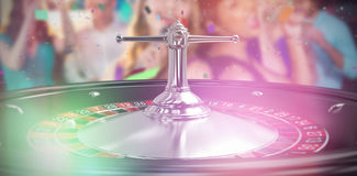 Imagem 3d composta de duas mulheres bonitas que cantam a música junto Imagens de Stock
